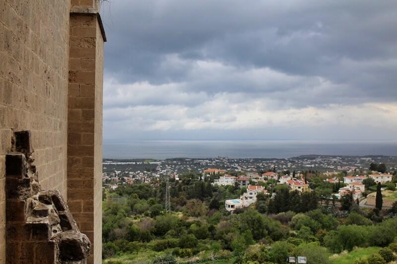 Nordzypern Bellapais Abtei Beylerbey Zypern Reisebericht Genuss-mit-fernweh.de Reiseblog Ausblick auf Girne / Kyrenia
