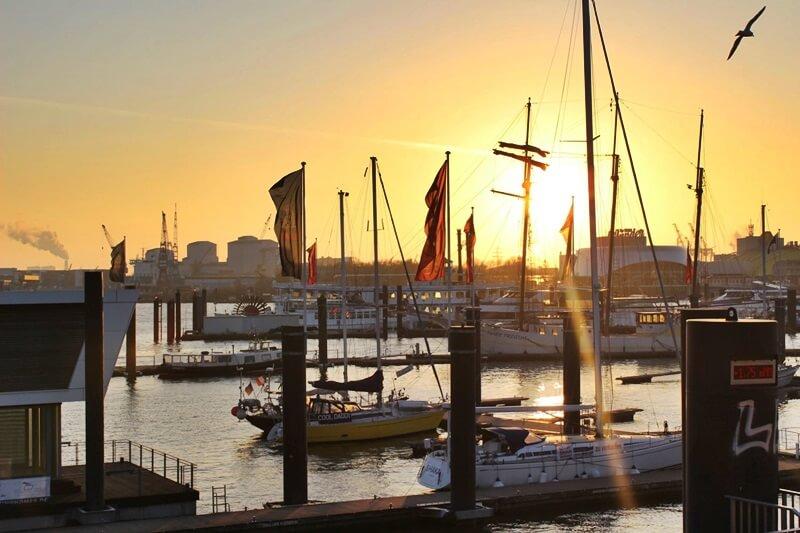 Reiseblog Was sollte man in Hamburg gesehen haben? Genuss-mit-fernweh.de Hamburg Hamburger Hafen im Sonnenuntergang