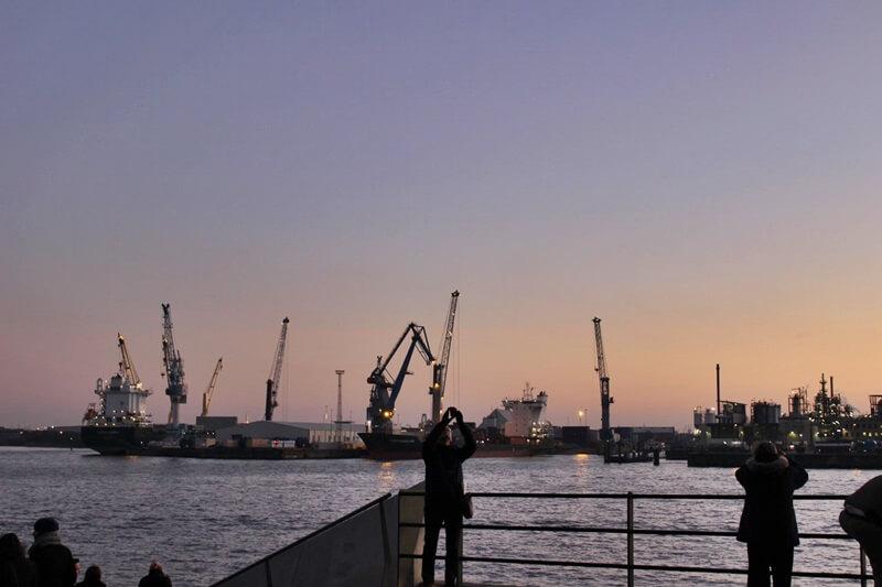 Reiseblog Was sollte man in Hamburg gesehen haben? Genuss-mit-fernweh.de Hafen im Abendglühen Hamburger Hafen im Sonnenuntergang