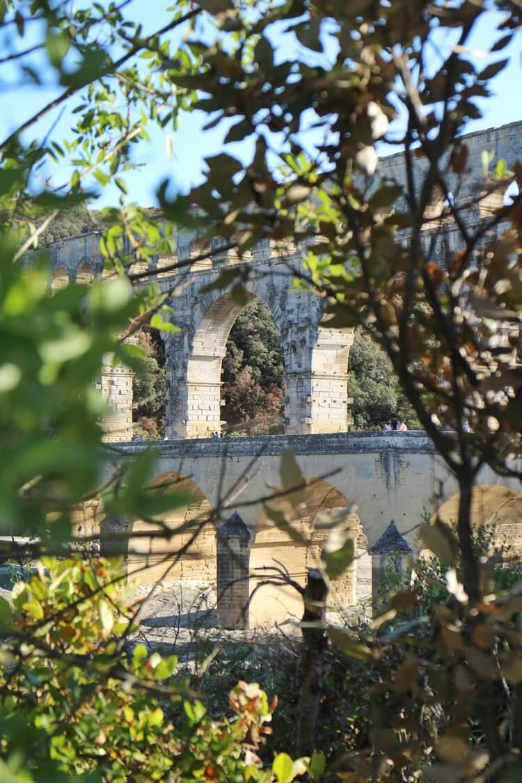 Pont Du Gard Provence Frankreich Monument Reisebericht Reiseblog Genuss-mit-fernweh.de Bauwerk durch Zweige durch