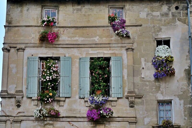 Arles Blumen ranken an Häusern Genuss-mit-fernweh.de