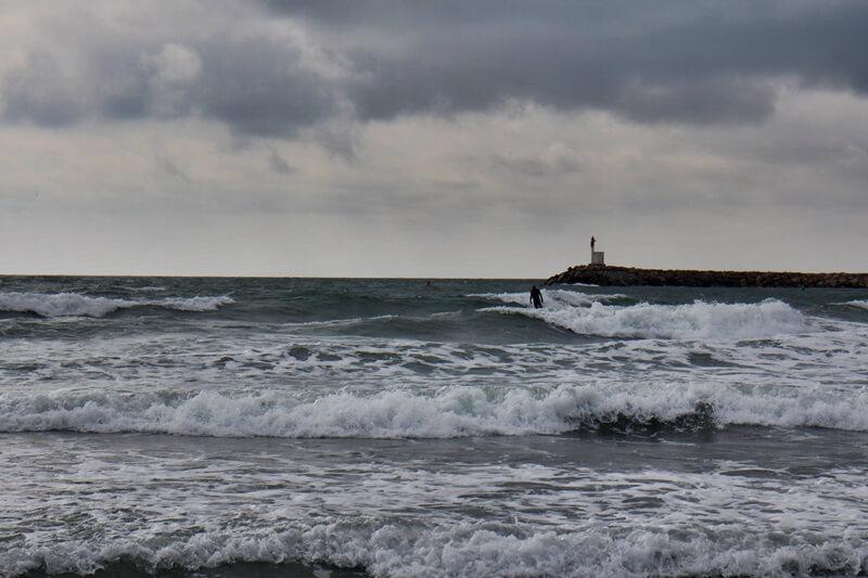 Saintes-Maries-de-la-Mer Camargue Reiseblog Genuss-mit-fernweh.de Hafen Surfer hohe Wellen